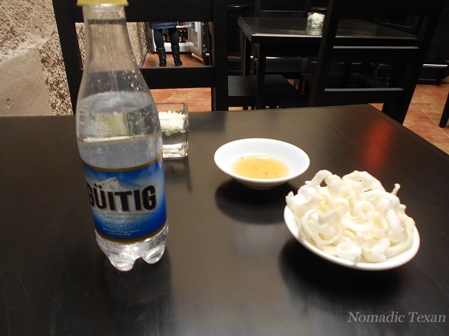 Agua Con Gas y Noodles Appetizer